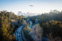 Самолет посадки над трассой 163 Калифорнии и небом Сан-Диего стоковое изображение