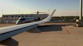 Самолет подготавливает для взлета проходя другой самолет осмотрите окно сток-видео