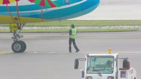 Самолет подготавливая принять  акции видеоматериалы