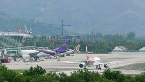 Самолет приводов авиакомпаний Ikar вдоль крупного аэропорта сток-видео