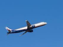 Самолет принимает в небо Стоковое Фото