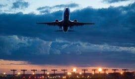 Самолет принимает на сумрака Стоковое Изображение RF