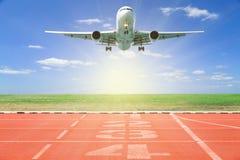 Самолет принимает с стартом и пункт отделки трассы, бежит стоковые изображения