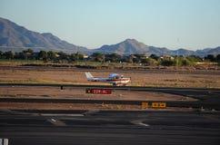 Самолет принимая в авиапорт Аризоны местный стоковые изображения