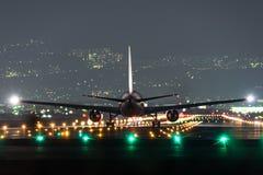 Самолет принимая в ночу Стоковое Изображение