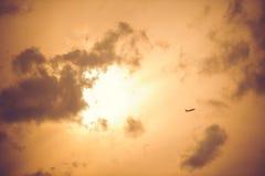 Самолет принимая на выигранное небо захода солнца Стоковая Фотография RF