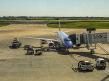 Самолет припаркованный на авиапорте стоковая фотография rf