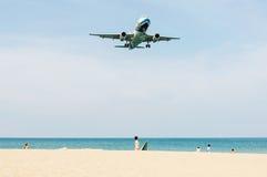 Самолет приходит в землю с некоторые людей Стоковая Фотография