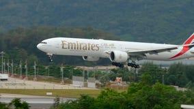 Самолет причаливая авиапорту Пхукета на дожде сток-видео