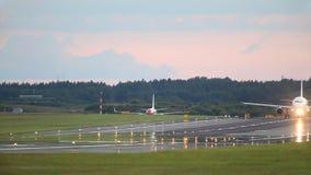 Самолет проходит наверху сток-видео