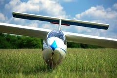 Самолет планера на траве Стоковые Изображения