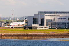 Самолет Сингапоре Аирлинес будучи приспосабливанным на завод аэробуса в Гамбурге FInkenwerder Стоковое Изображение RF