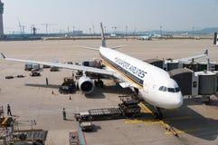 Самолет Сингапоре Аирлинес на гудронированном шоссе авиапорта Стоковое Изображение