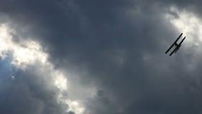 Самолет, старый самолет-биплан сток-видео