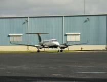 Самолет турбовинтового самолета на том основании Стоковое фото RF