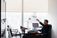 Самолет успешного работника офиса человека Daydreaming бросая бумажный Стоковое Изображение