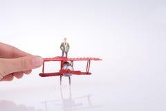 Самолет удерживания руки с диаграммой на ей Стоковое Изображение