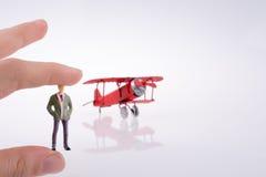 Самолет удерживания руки с диаграммой на ей Стоковые Изображения