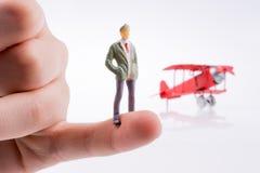 Самолет удерживания руки с диаграммой на ей Стоковые Фотографии RF