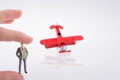 Самолет удерживания руки с диаграммой на ей Стоковое фото RF