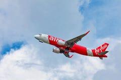 Самолет Air Asia в небе Стоковые Фото