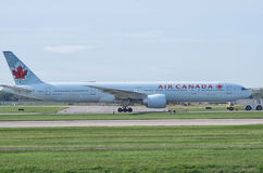 Самолет Air Canada на взлётно-посадочная дорожка стоковое фото rf