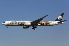 Самолет Air New Zealand Боинга 777-300ER Hobbit стоковое изображение rf