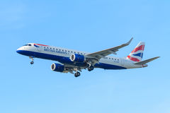 Самолет British Airways G-LCYP Embraer ERJ-190 British Airways CityFlyer приземляется на авиапорт Schiphol Стоковое Изображение RF