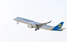 Самолет Embraer в небе Стоковые Изображения RF