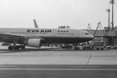 Самолет Eva Airways на авиапорте Стоковые Фотографии RF
