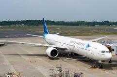 Самолет Garuda Индонезии на гудронированном шоссе авиапорта Стоковые Изображения RF