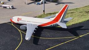Самолет Lego на взлётно-посадочная дорожка Стоковые Изображения