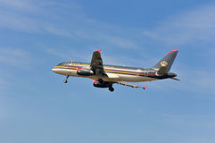 Самолет Royal Jordanian Airlines над авиапортом Франкфурта Стоковое Изображение