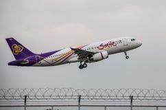 Самолет Thai Airways принимает  Стоковые Фотографии RF