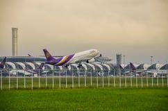 Самолет Thai Airways принимает  Стоковое Фото