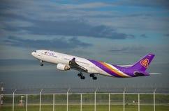 Самолет Thai Airways принимает  Стоковые Изображения RF