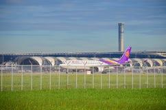 Самолет Thai Airways принимает  Стоковые Фото
