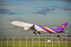 Самолет Thai Airways принимает  Стоковые Изображения