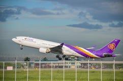 Самолет Thai Airways принимает  Стоковое Изображение