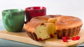 Самодельный пирог печенья, красные ягоды и чашки Стоковое Изображение RF