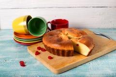 Самодельный пирог печенья, красные ягоды и чашки Стоковые Изображения RF
