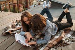 Само-улучшение отдыха литературы книги чтения Стоковое фото RF