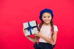 Самые лучшие игрушки и подарки рождества Маленькая девочка ребенк в подарочной коробке владением шляпы берета Ребенок возбужденны стоковые фотографии rf