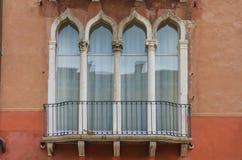 Самые лучшие окна в красивом городе Венеции стоковые изображения