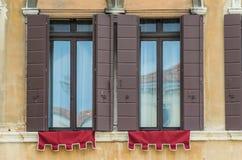 Самые лучшие окна в красивом городе Венеции стоковые фотографии rf
