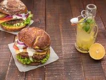 Самые лучшие cheeseburgers от свежего мяса Стоковое Изображение RF