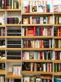 Самые последние английские известные романы небылицы для продажи в книжном магазине библиотеки стоковое изображение