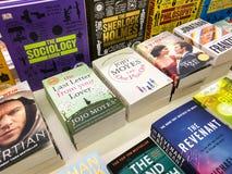 Самые последние английские известные романы для продажи в книжном магазине библиотеки стоковые фотографии rf