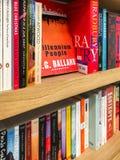 Самые последние английские известные романы для продажи в книжном магазине библиотеки стоковое фото
