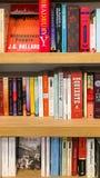 Самые последние английские известные романы для продажи в книжном магазине библиотеки стоковое фото rf